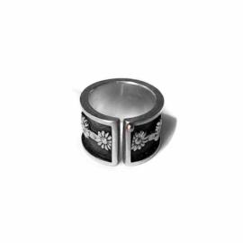 Zilveren ring met bloemrand