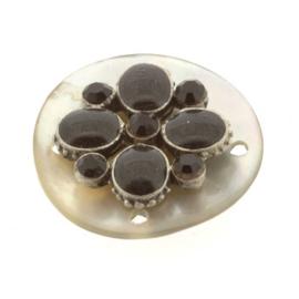 schelp ornament 4 gaatjes (20mm) met epoxy bloem zwart  p/6