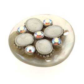schelp ornament 4 gaatjes (20mm) met epoxy bloem creme  p/6