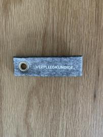 Grijs VERPLEEGKUNDIGE. Vilten Sleutelhanger