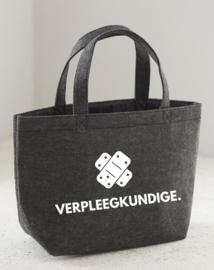 Donkergrijs VERPLEEGKUNDIGE. Vilten Shopper (Dubbelzijdig)