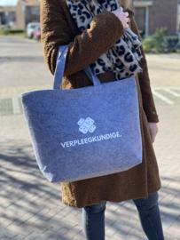 Lichtgrijs VERPLEEGKUNDIGE. Vilten Shopper (Dubbelzijdig)
