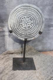 stenen mandala op voet rond