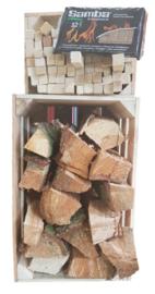 Set met aanmaakblokjes en paar stammen gekloofd hout