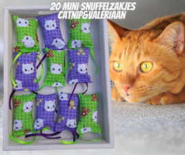 20 Mini snuffelzakjes Fleurtje groen/paars (gevuld met catnip én valeriaan)