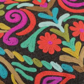 Bruin kussen met borduur en pompons