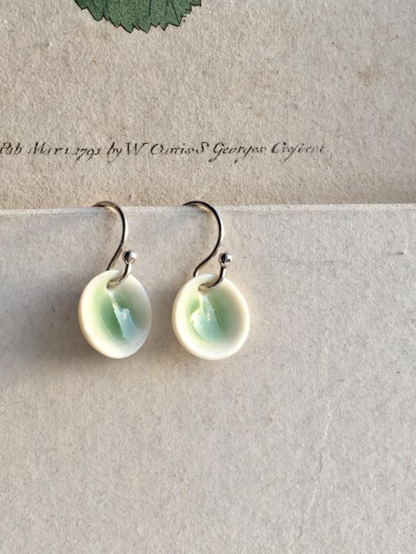 Oorhaak  925 zilver 'Aurora' celadon groen