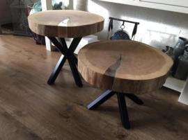 Boomstamschijf tafel met heldere epoxy en zwart stalen onderstel