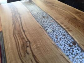 Epoxy tafel met ingegoten stenen