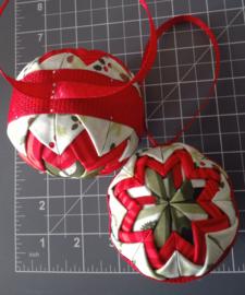 Kerstballen groen met rood