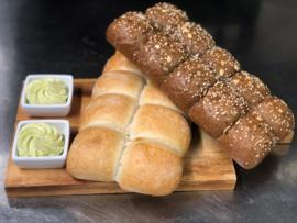 Wit breekbrood met kruidenboter