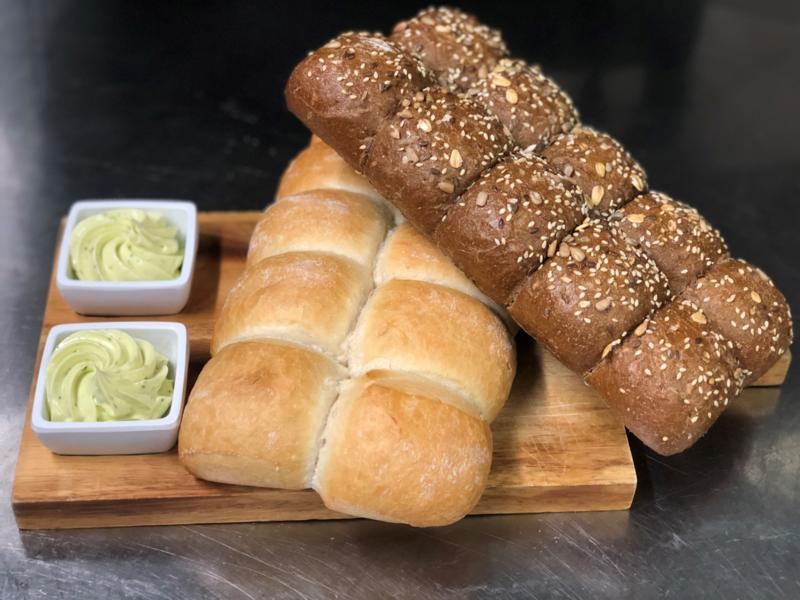 Bruin breekbrood met kruidenboter