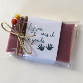 Zeep met rozenblaadjes goede handjes