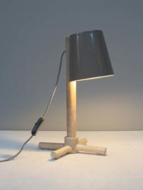 Houten tafellamp met metalen kap