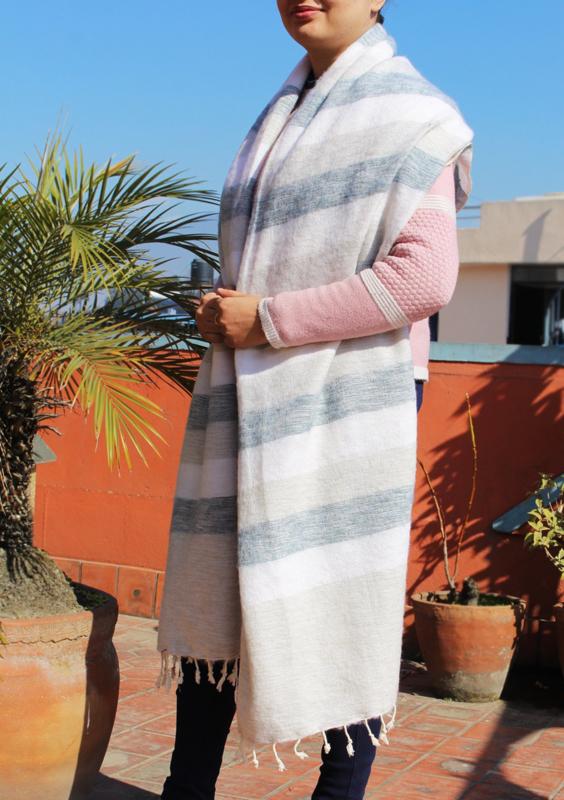 Luxe witgrijs gestreepte handgeweven wollen sjaal/omslagdoek