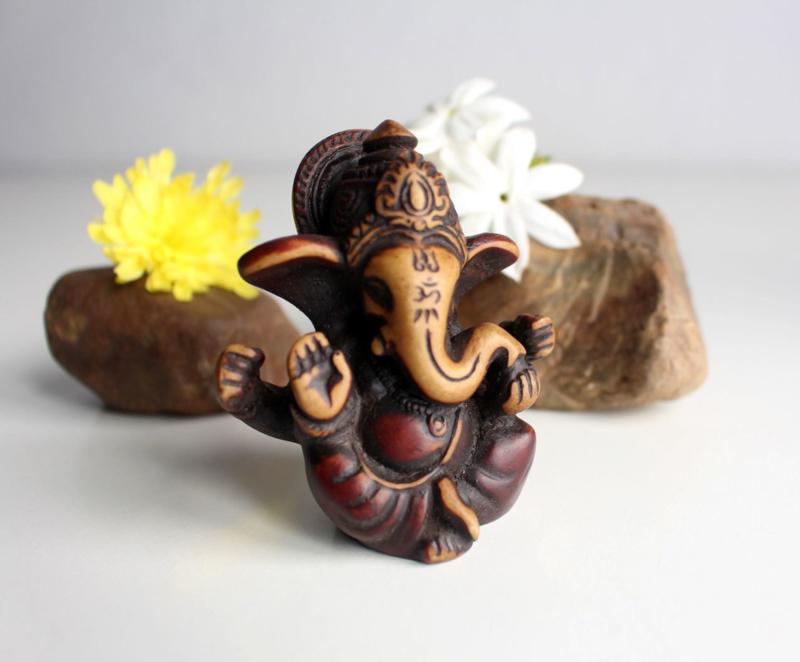 Vierarmig baby Ganesha beeldje met rode patina