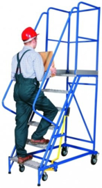 Platformladder staal verrijdbaar voorzien van veiligheidshekwerk