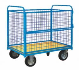 Platformwagen rondom voorzien van gaas en 400 kg laadvermogen. Aan één lange zijde te openen.