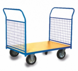 Platformwagen met 2 kopschotten van gaas en 400 kg laadvermogen.