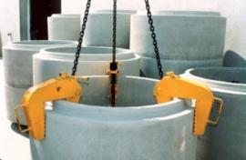 Hijsinrichting voor het hijssen van betonnen randen/buizen.