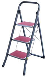Vrijstaande professionele trapladder of huishoudtrap met 3 brede aluminium treden en antislip ondersteuning.