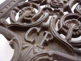 Heel mooie brocante strijkijzer onderzetter (treef) in gietijzer merk CF