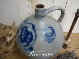 Brocante kruik (oliekruik) in grès aardewerk met blauwe beschildering