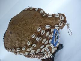 Oud Afrikaans masker met kralen en schelpen