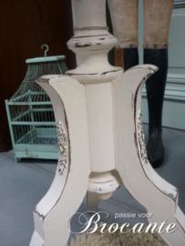 Oud wit geschilderd bijzet tafeltje