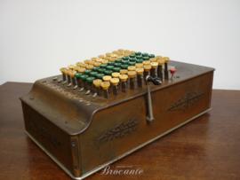 Oude antieke mechanische rekenmachine,  comptometer