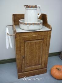 Heel mooi landelijk brocante lavabo kastje in faux bois met handdoekrekje