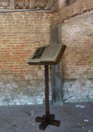 Mooi doorleefde antieke boekenstandaard op kruisvormige voet