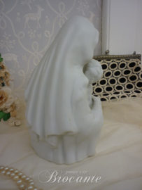Brocante beeldje, moeder met kind in biscuit porselein