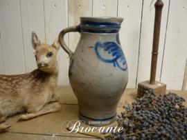Brocante schenkkan in grès aardewerk met blauwe beschildering