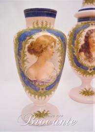 Driedelig stel antieke opaline vazen in Napoleon III stijl