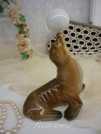Vintage beeldje, spelend zeehondje met bal in porselein - Virgot