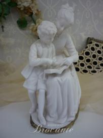 Biscuit beeldje, moeder leert kind lezen