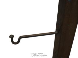 Grote middeleeuwse eiken kandelaar met smeedijzeren haak (voor klok?)