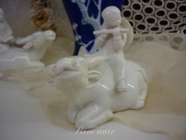 Paar vintage blanc de chine waterbuffels met kindjes