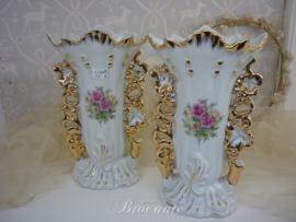 Paar oude brocante cornet vaasjes of bruidsvaasjes