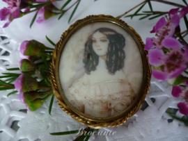 Antieke broche met miniatuurschilderijtje jong meisje