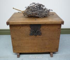 Heel mooi  18de-Eeuws antieke koffer in grenen hout