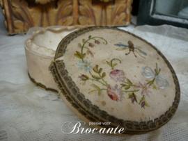 Heel mooi geborduurd antieken stof doosje