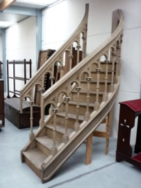 Oude neo-gotische trap van preekstoel