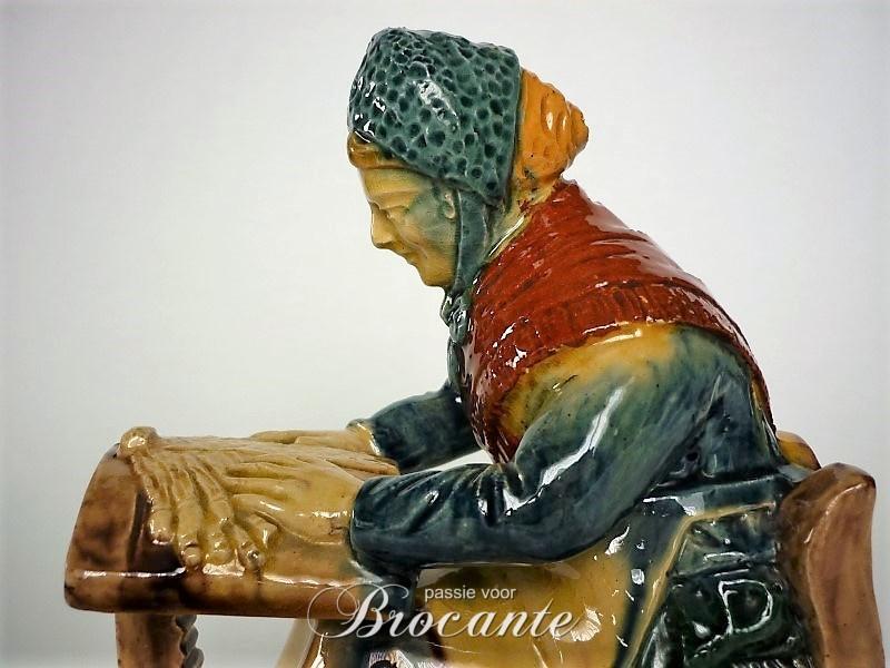 Zeer mooie kantklosser in poterie flamande