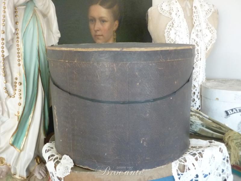 Brocante oude hoedendoos, textieldoos of kledingdoos in karton