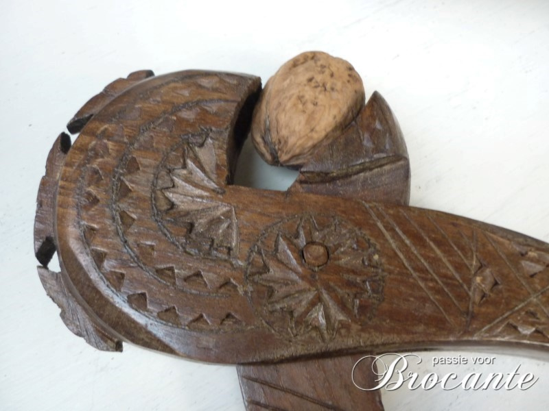 Mooie notenkraker in bewerkt hout