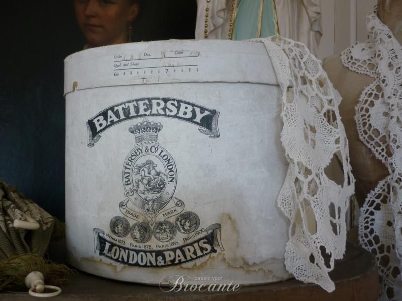 Brocante oude hoedendoos in karton