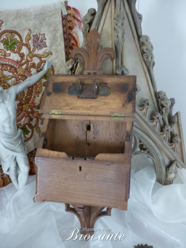 Mooie antieke 19de eeuwse offerblok uit een kerk 'Ter ere van de H. Antonius'