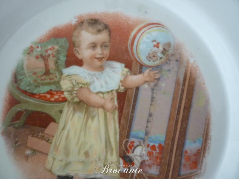Vintage Vieux Bruxelles sierbord met ajour rand - spelend kindje (staand) met bal